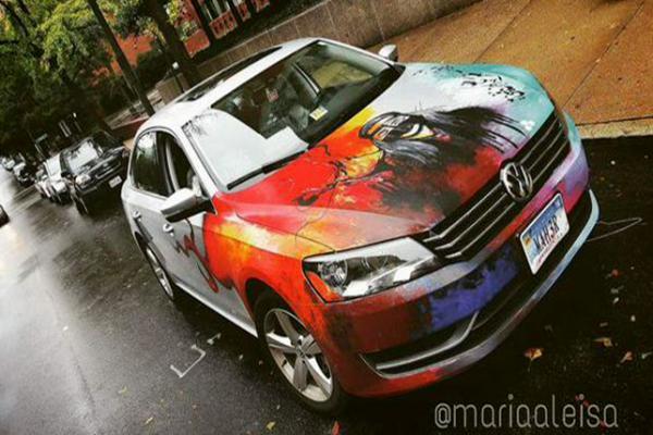 مبتعثة سعودية تلفت أنظار الأمريكان بموهبتها في الرسم على السيارات